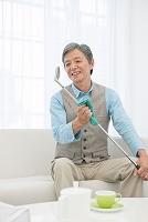 ゴルフクラブを磨くシニアの日本人男性