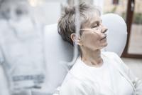 病院のシニア女性