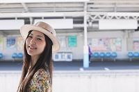 駅のホームにいる日本人女性
