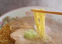 醤油ラーメンの麺と湯気