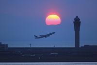 愛知県 中部国際空港 飛行機と夕日と管制塔