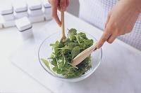 サラダを和える手