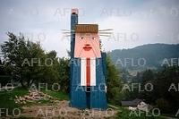 高さ8メートルの木製トランプ像 夫人の故郷に出現