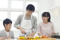 昼食の準備をするお父さんと子供