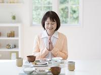 いただきますをする日本人女性