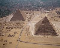 エジプト・ギザ クフ王(左奥)とカフラー王のピラミッド