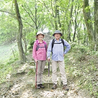 ハイキングを楽しむ日本人のシニア夫婦