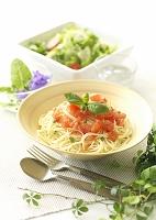 バジルを飾ったトマトの冷製パスタとサラダ