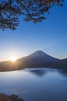 山梨県 身延町 中之倉峠から本栖湖と富士山