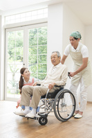 介護士男女と車椅子のシニア男性