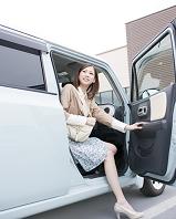 車から降りる日本人女性