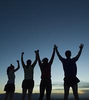 空に向かって手を挙げる人々