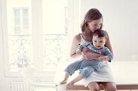 赤ちゃんの頭にキスをする少女