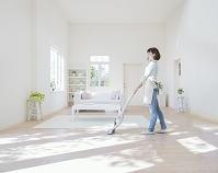 掃除機をかける日本人女性