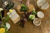 野菜を切っている女性