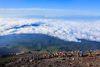 富士山九合目付近から望む雲海と登山者