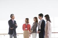 立ち話する日本人のビジネスチーム