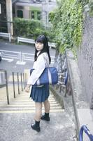 階段に佇む女子高生