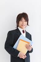 ファイルを持っている笑顔の男子中高生
