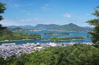 広島県 因島公園より因島市街地と瀬戸内海 岩城島方向を望む