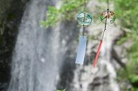滝と新緑と風鈴