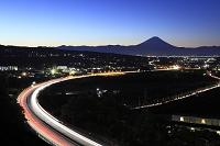 山梨県 未明の富士山と中央高速道路