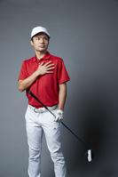 胸に手をあてる男子ゴルフ選手