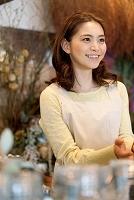笑顔の日本人女性店員