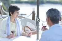 ワインを飲む日本人シニア夫婦
