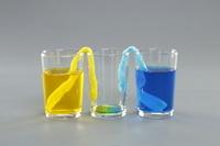 色水がねじったティッシュペーパーを伝わり移動する