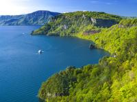 青森県 瞰湖台より新緑の十和田湖 烏帽子岩