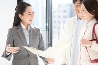 バインダーを持つ日本人ビジネスウーマンと夫婦