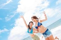 笑顔の水着日本人女性