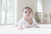 腹這いの日本人の赤ちゃん