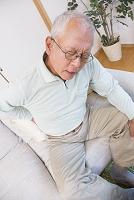 腰痛に苦しむシニアの日本人男性