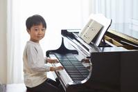 ピアノを習う日本人の男の子