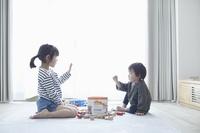 じゃんけんをする日本人子供
