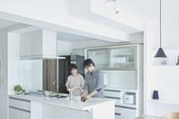 キッチンにいる日本人夫婦