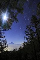 山梨県 櫛形山より見る富士山とオリオン座と月光