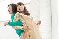 背中合わせの日本人女性