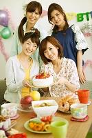 ケーキと若い女性