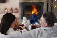 暖炉にあたる夫婦