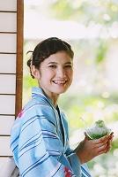 かき氷を食べる浴衣の女性