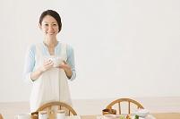 朝食の準備をする日本人女性