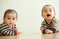 遠くを見る双子の赤ちゃん