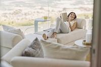 リビングのソファでくつろぐ女性