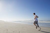 義足を付けて海岸を走る外国人男性