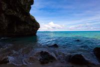 洞窟内から望む海