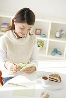 手紙に思いを寄せる女性