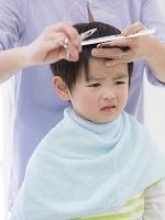 髪を切る男の子
